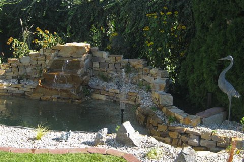 Steinmauer mit wasserfall schne garten steinmauer garten for Bruchsteine teich