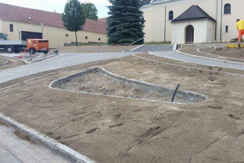 Kirchenplatz Schönkirchen-Reyersdorf in Arbeit