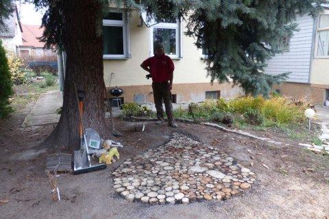 Holzstockl Pflaster Garten Wasser Stein