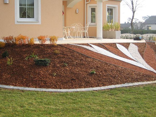 hang mit steinen abdecken hanggarten mit steinen und rindenmulch eine hangflche mit. Black Bedroom Furniture Sets. Home Design Ideas